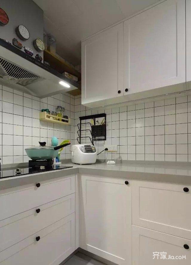 厨房白色格子瓷砖搭配白色模压橱柜,水槽台面抬高细节设计