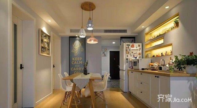 客餐厅全景,四周实心吊顶处理,墙面灰色变色,原木家具搭配图片