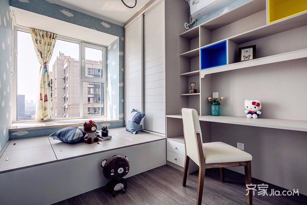 床柜一体的榻榻米与嵌入式书柜,既充分利用空间,又可满足多样化的需求图片