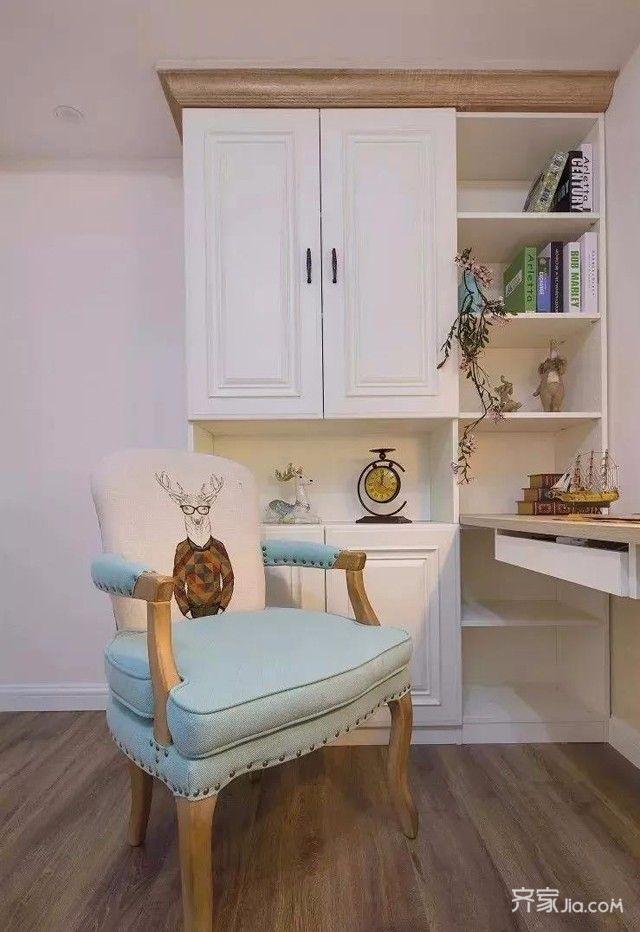 客卧兼书房空间,榻榻米衣柜一体设计,书桌书架功能一体,节省地方图片