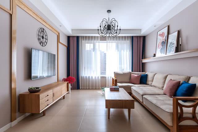 客厅家具都是简约款式,电视墙简单的一圈木质框架就构成了,成本很低