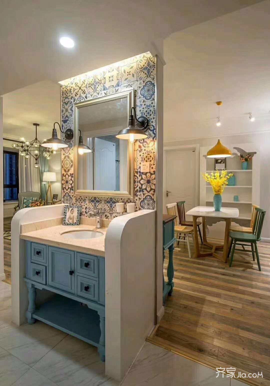 餐边柜采用了装饰柜的形式,可以摆放家用照片装饰画