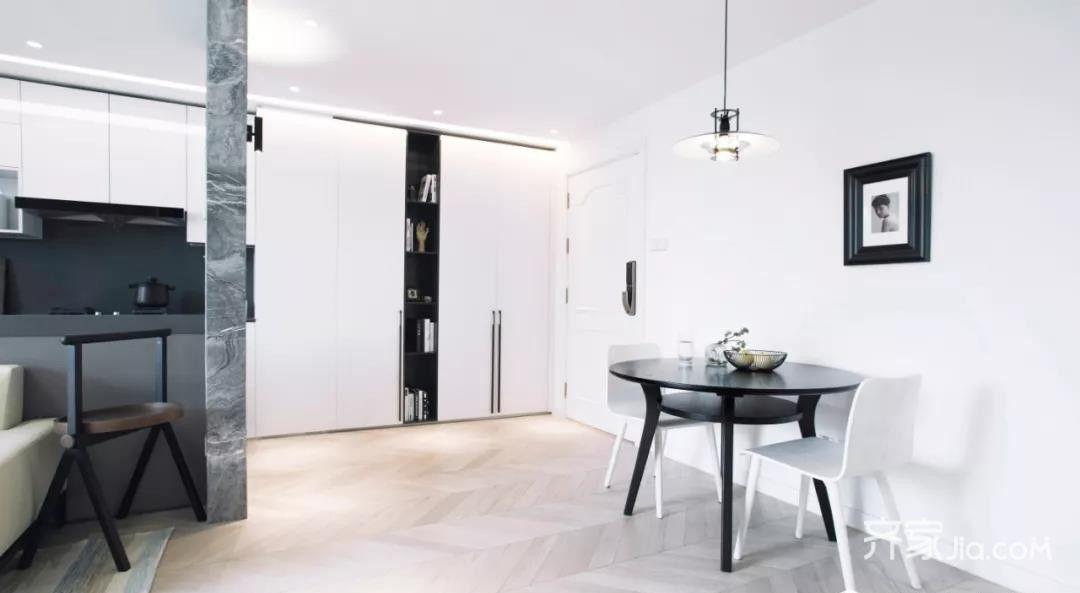 由于厨房空间狭小,冰箱位设计在餐厅,定制柜还有强大储物空间.
