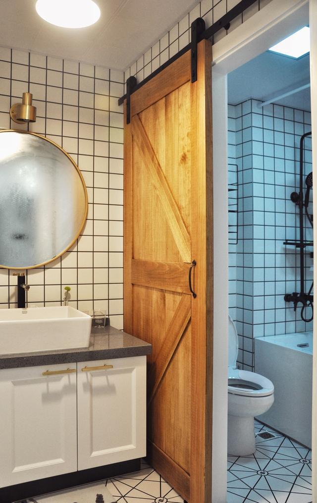 装修头条 自媒体 正文  这家的厨房和卫生间都用了这几年大火的小方砖