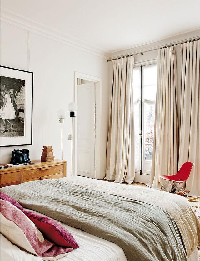 下面这间位于法国的公寓都散发着独特的巴黎风情,既显得梦幻十足又吸引人眼球,如果你也情迷巴黎,向往浪漫的家居氛围,那这间充满古典优雅气息的小公寓真心不能错过。接下来所长就带大家看看吧!  深蓝色的天鹅绒沙发在客厅中非常醒目,流露出一丝高贵典雅的感觉,金属质感十足的茶几也十分有特色。  客厅的纯白色球形吊灯看起来十分的优雅高贵,颇具现代感的黑色落地灯也为客厅带来了一丝简约的氛围。  客厅后方的墙面挂有颇具抽象感的摆饰,为客厅带来了艺术气息。色彩鲜艳的装饰画,带来活力和朝气,调节整体色调。  厨房的设计结合了