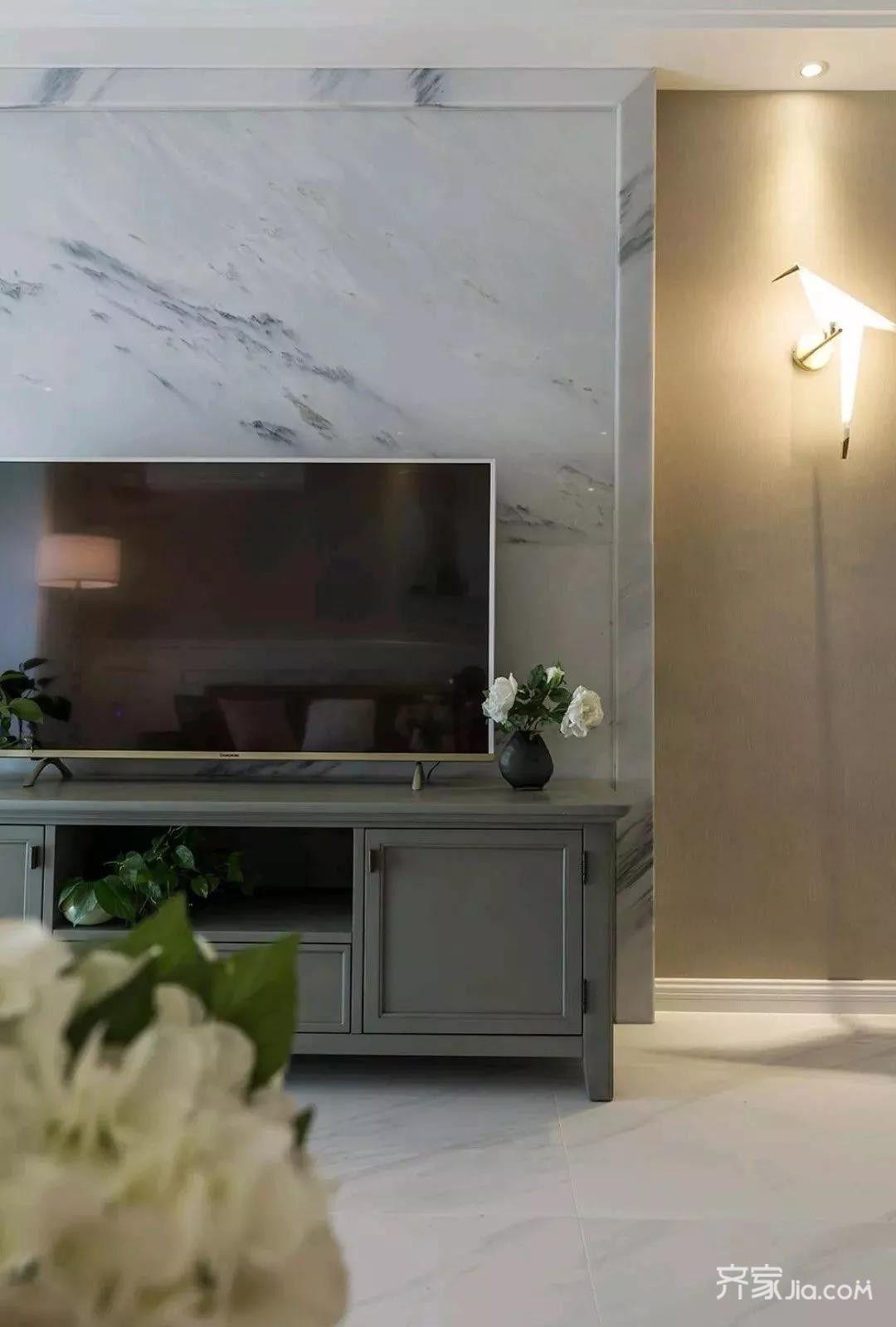 电视背景墙中间采用石材,两边则搭配千纸鹤壁灯,让人觉得简洁时尚的同