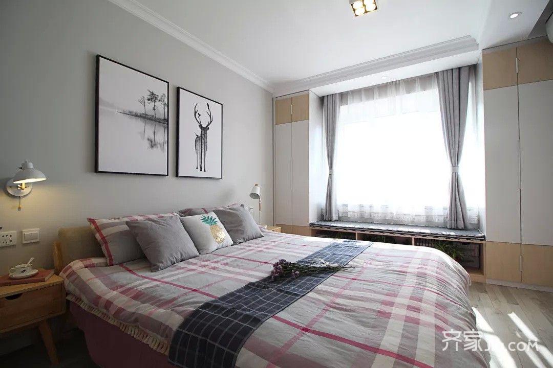 卧室的衣柜设计在飘窗的两侧,同时飘窗底部也是收纳柜.图片