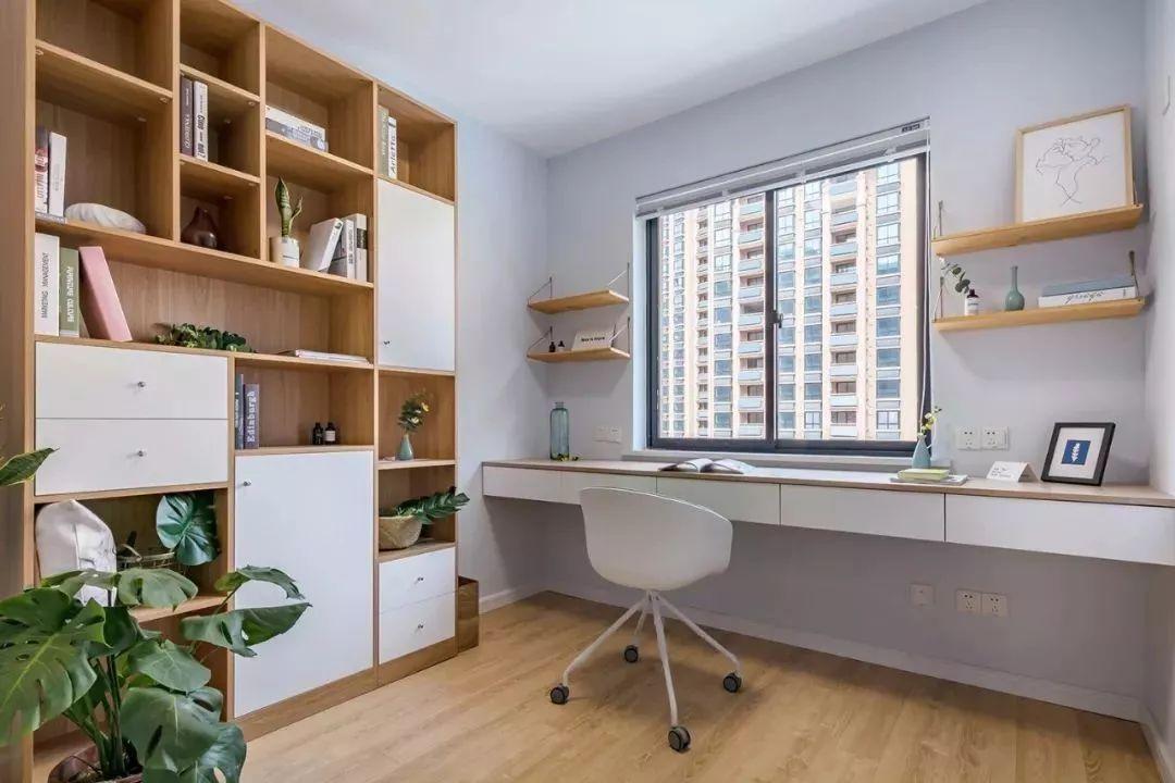 靠窗布置书桌的设计,适合开间较大,但进深较小的书房,在窗户旁边布置