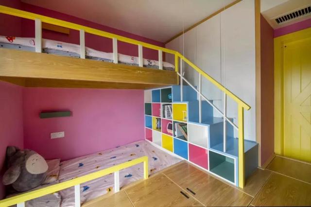 在儿童房的设计上,既要满足双胞胎姐妹的使用,又要保证小姑偶尔回家