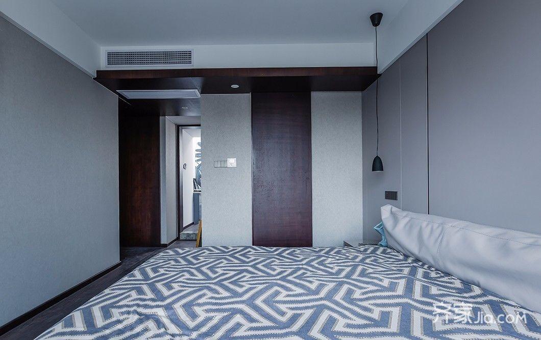 主卧我们设计成大面积落地窗的卧室,屋内做了简单的装饰,背景墙采用