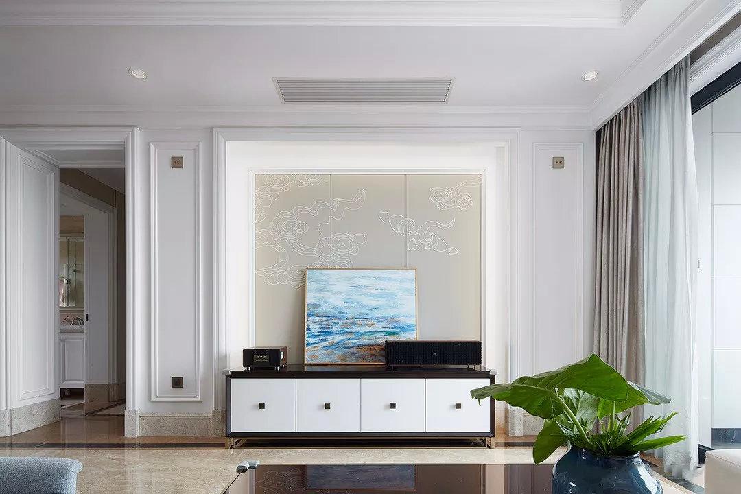 电视墙以简单石膏线造型打造层次,祥云底纹与周围装饰自然融合,去繁从