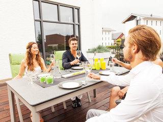 米色室外餐桌椅