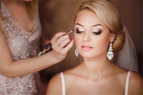 新娘化妆多少钱  化新娘妆的四大注意事项