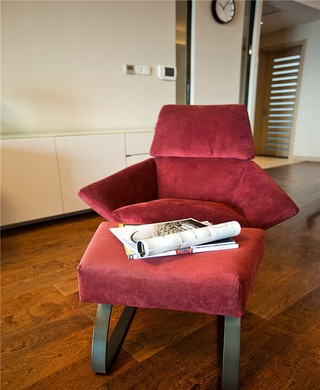 三居室现代简约装修红色沙发设计图