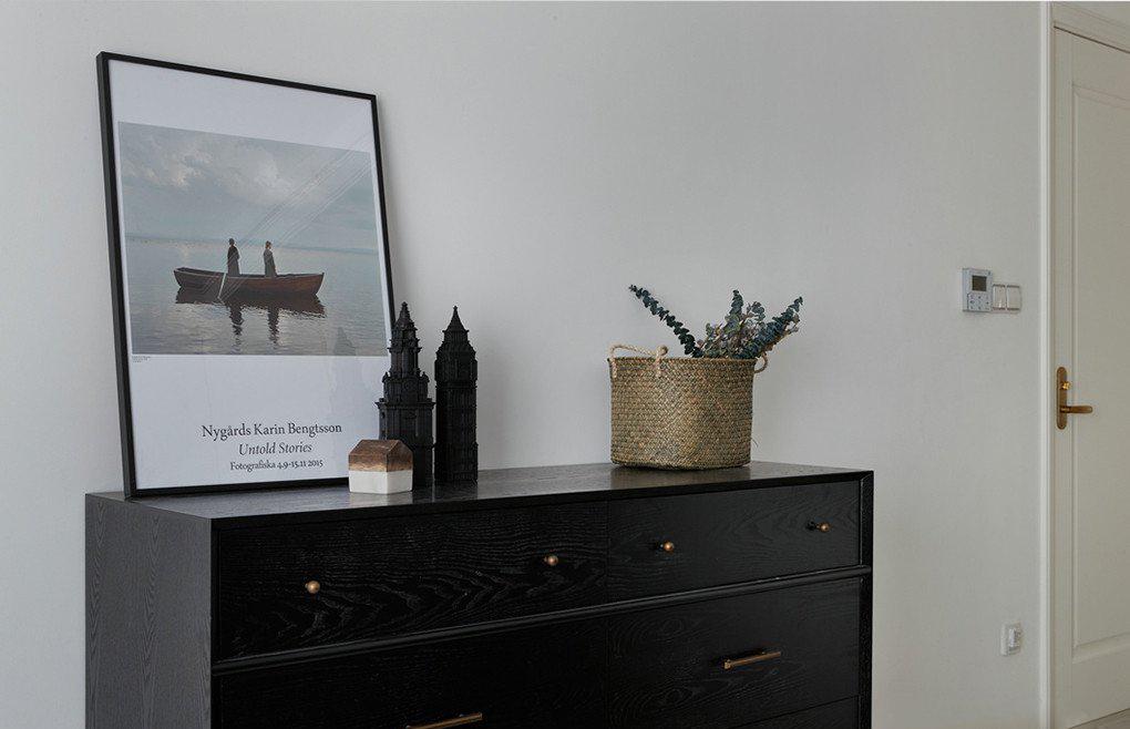 北欧风二居卧室黑色边柜设计