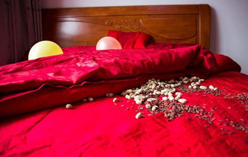 结婚床四句好话大全结婚床吉利话现代简单的家具照片叫什么?