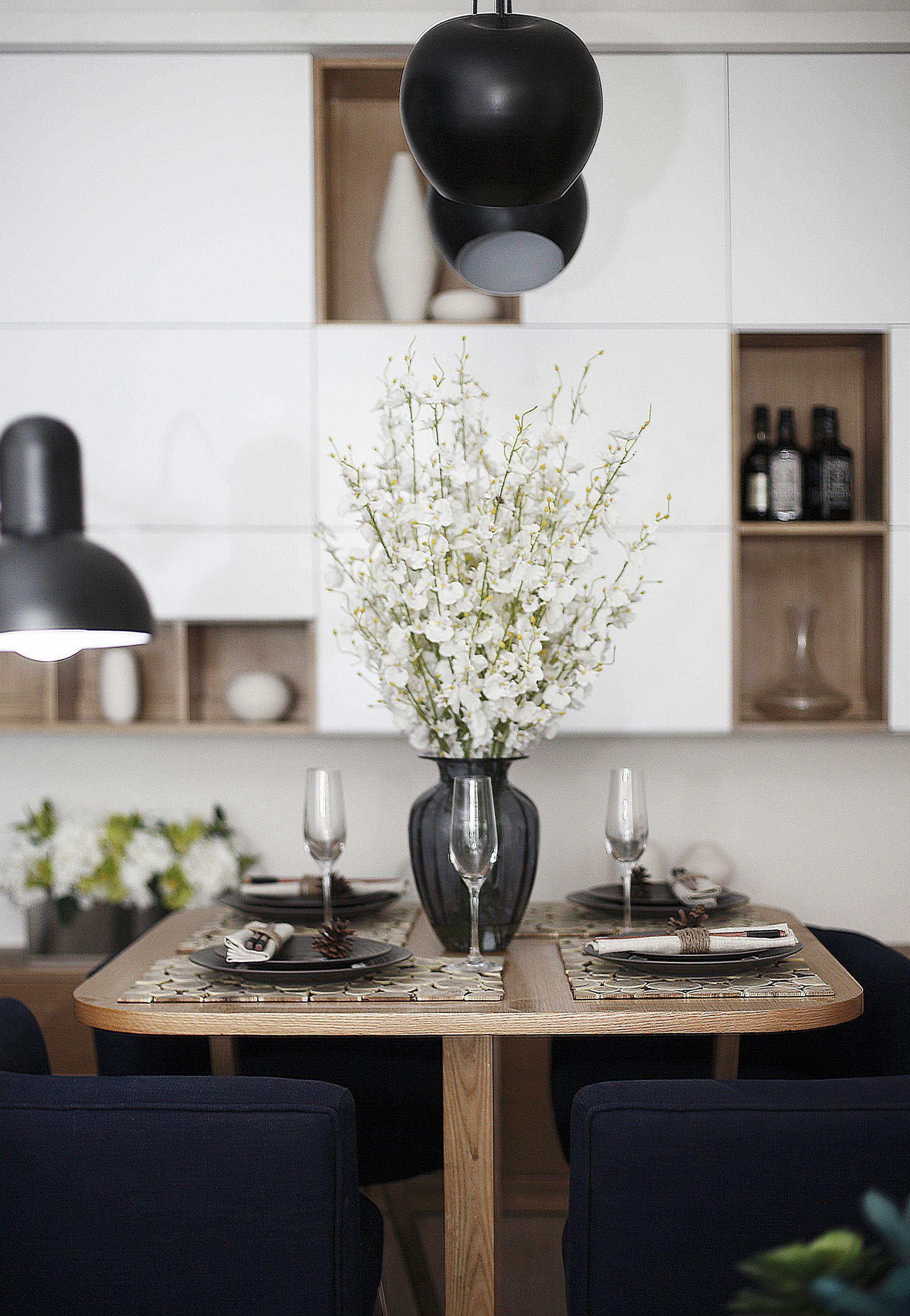 现代风格二居室装修餐桌图片