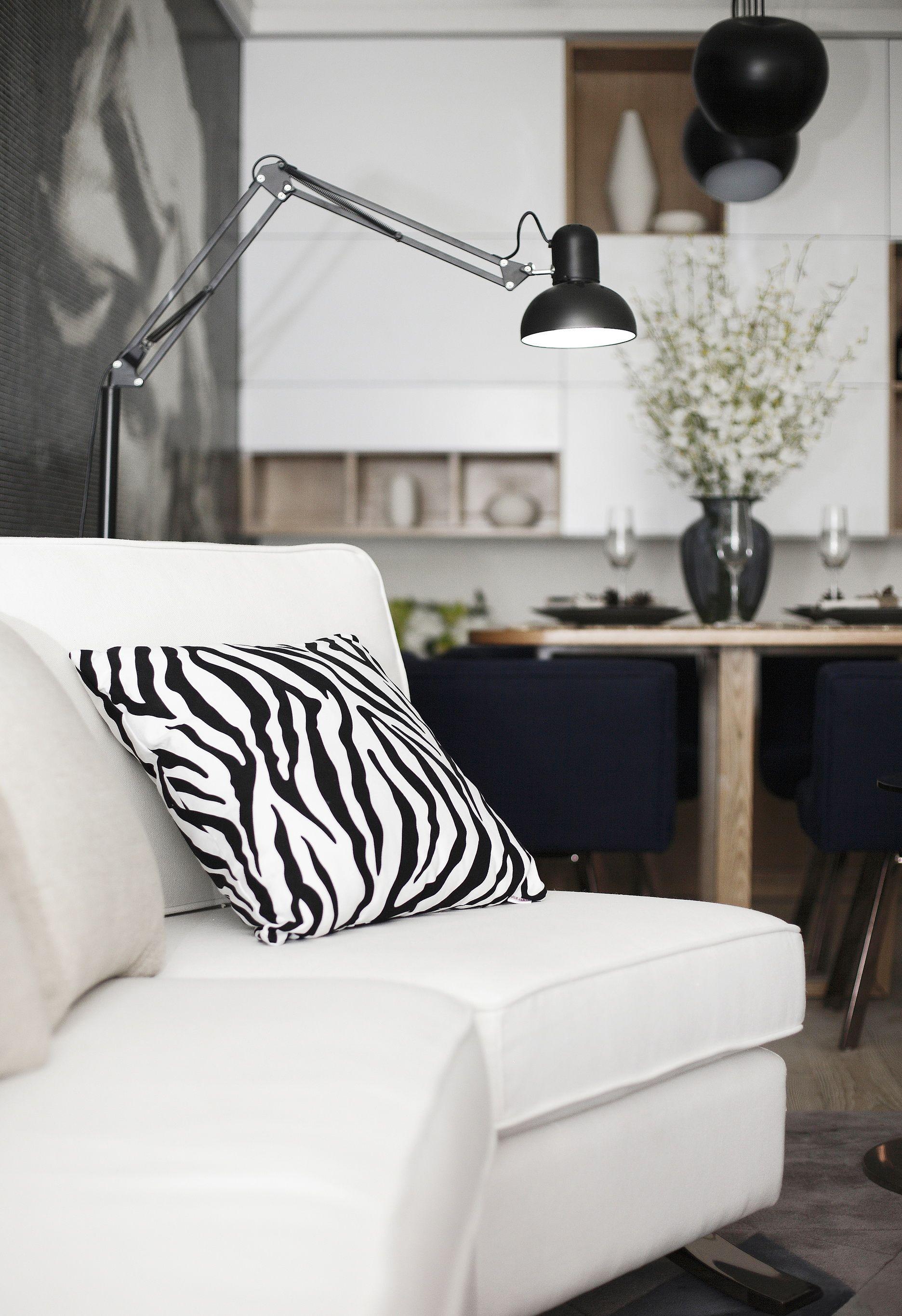 现代风格二居室装修沙发抱枕图片