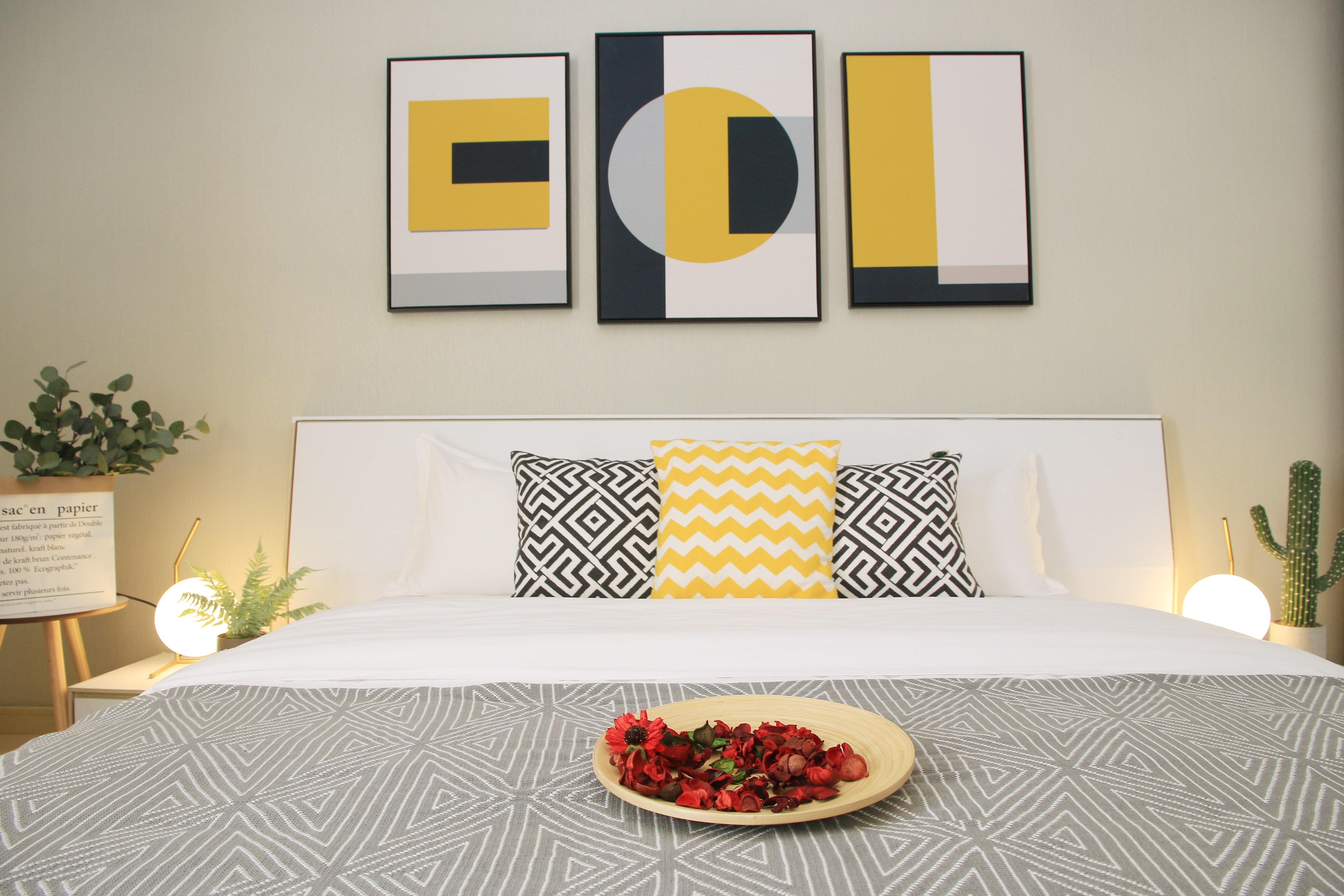 一居室北欧简约风公寓装修床品搭配图