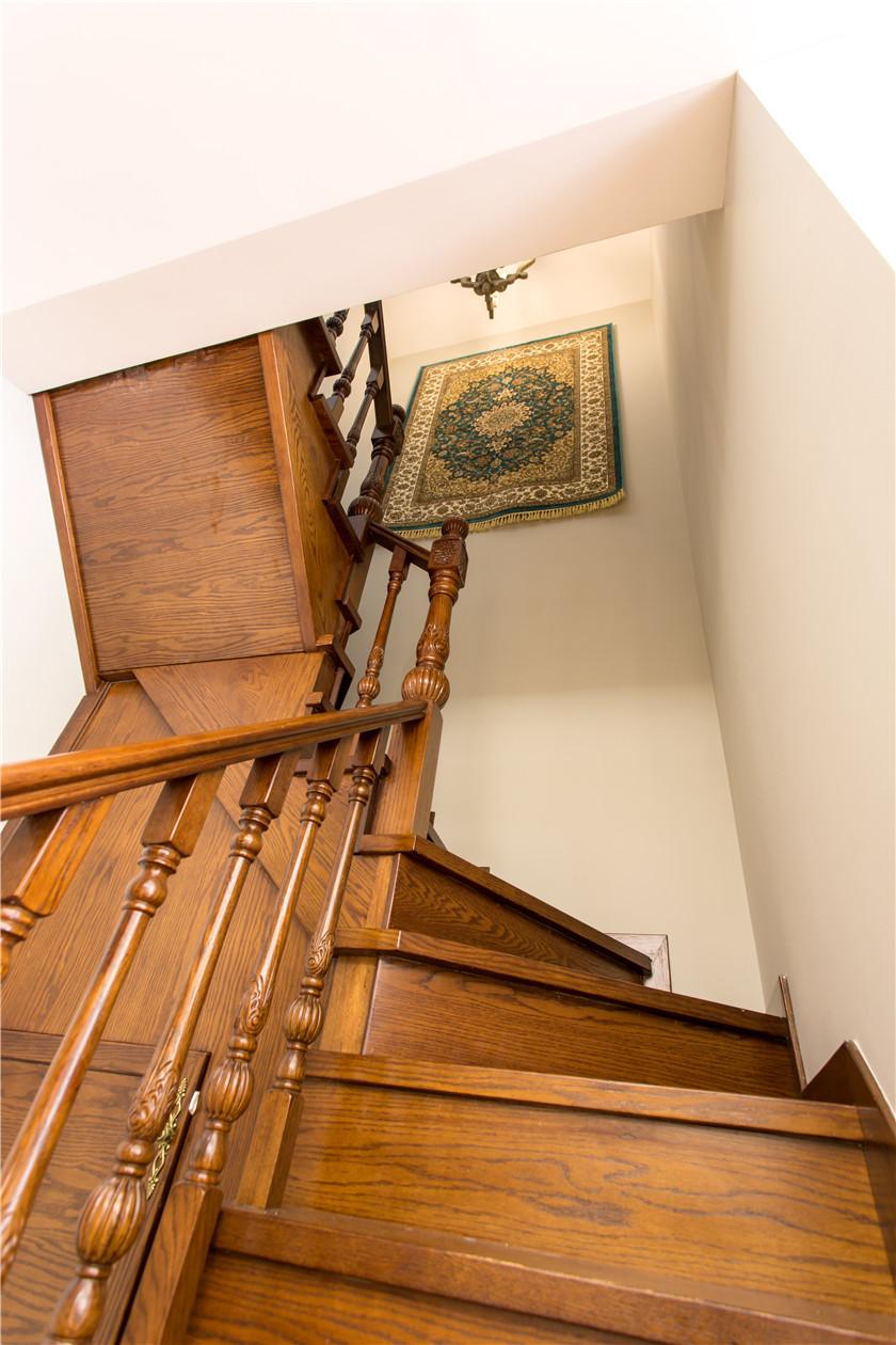 360平美式风格别墅楼梯装修效果图