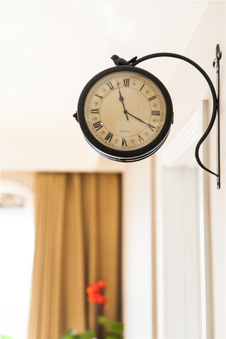 美式休闲两居室装修壁挂钟特写