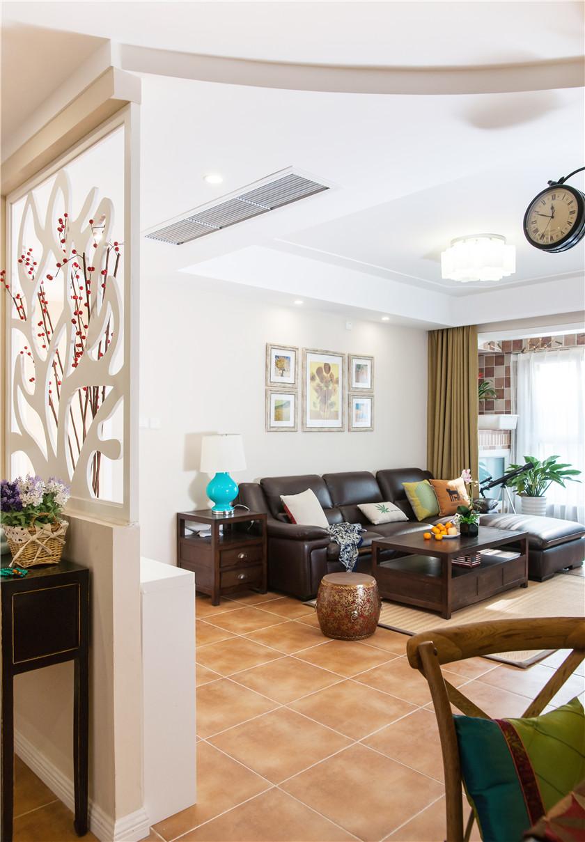 美式休闲两居室客厅吊顶装修效果图