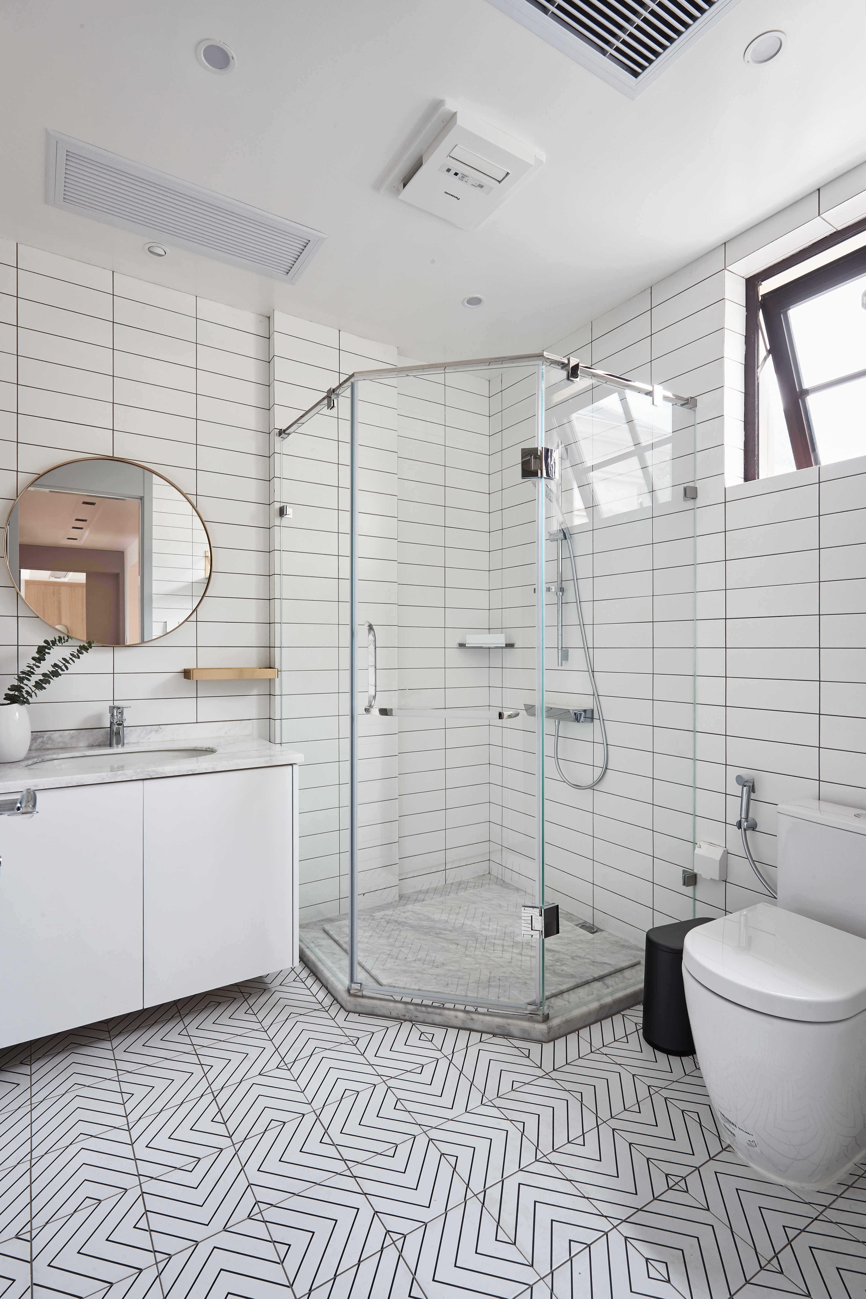 大户型休闲四居室白色卫生间装修设计图