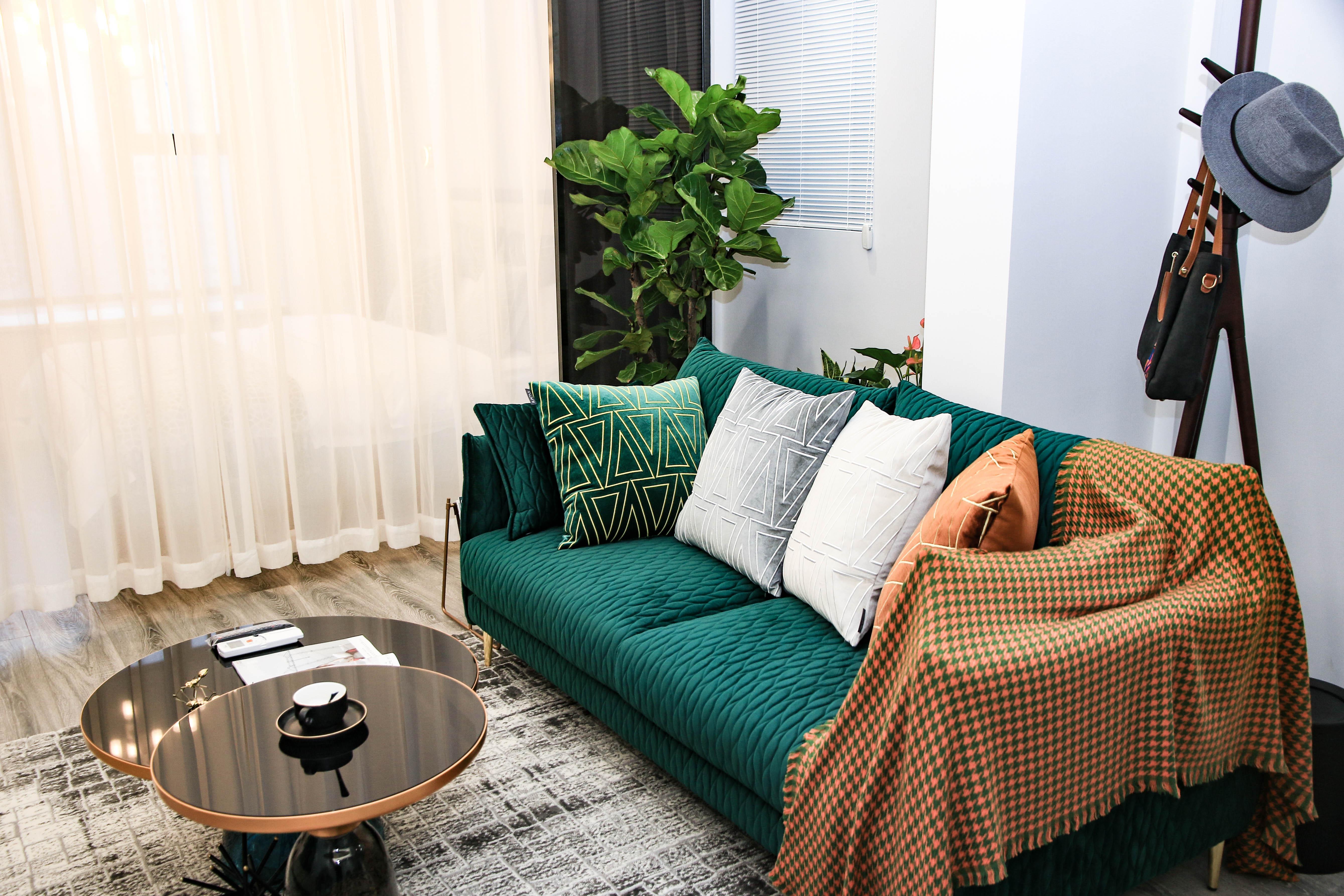 现代轻奢一居室装修沙发设计图