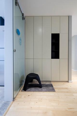 现代北欧风三居室玄关装修设计图
