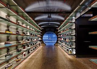 复古科技风鞋店装修设计图