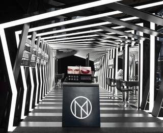黑色系创意化妆品店设计效果图