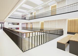 开放简约教学楼中庭空间设计效果图