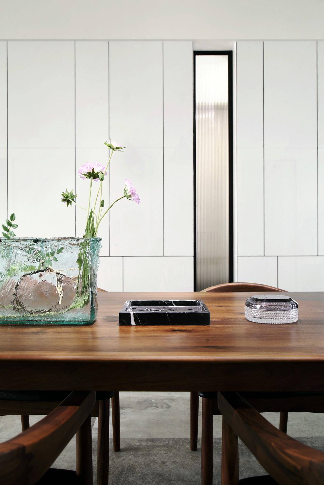 现代简约风大户型装修餐桌设计图