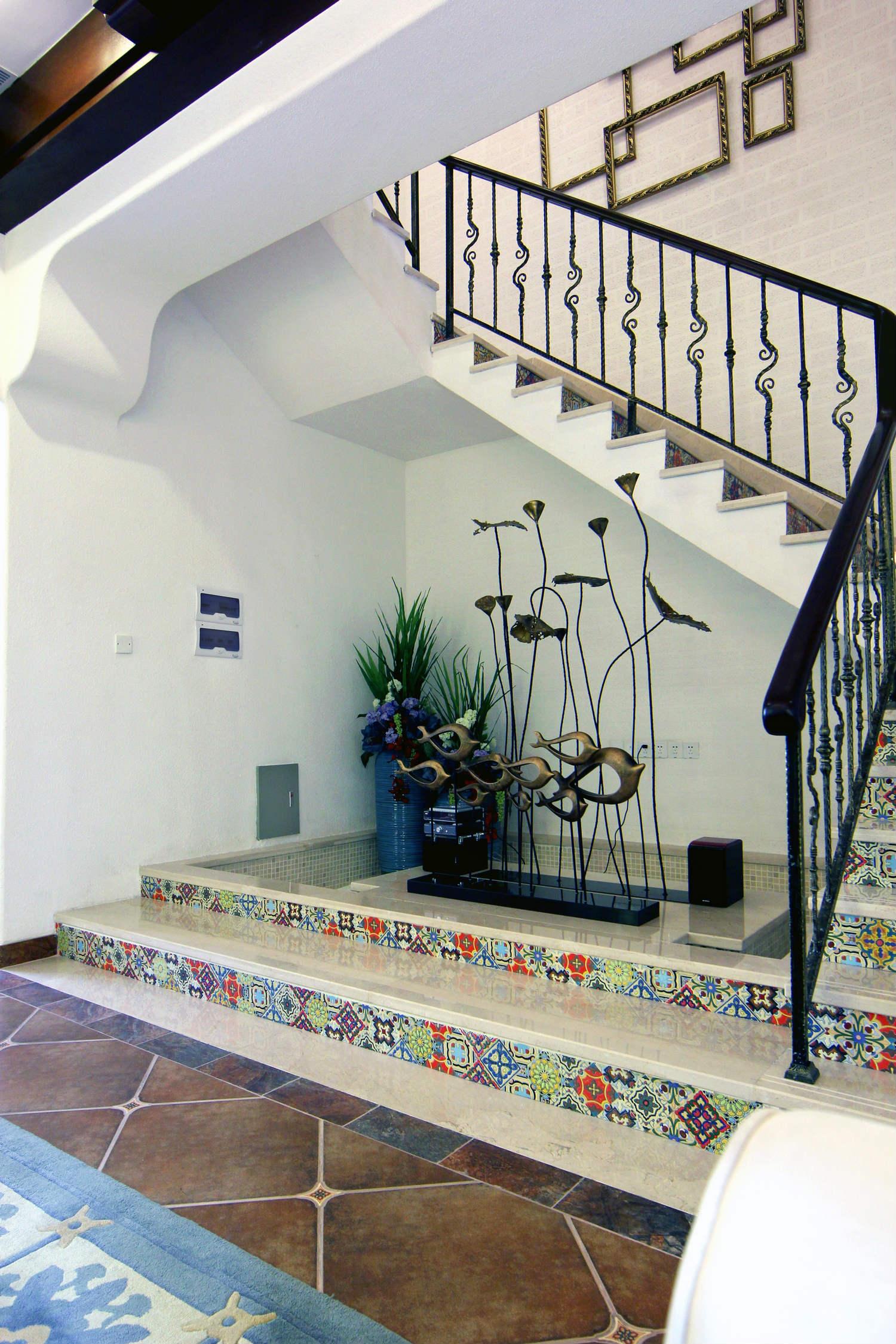 地中海风格楼梯间装修效果图