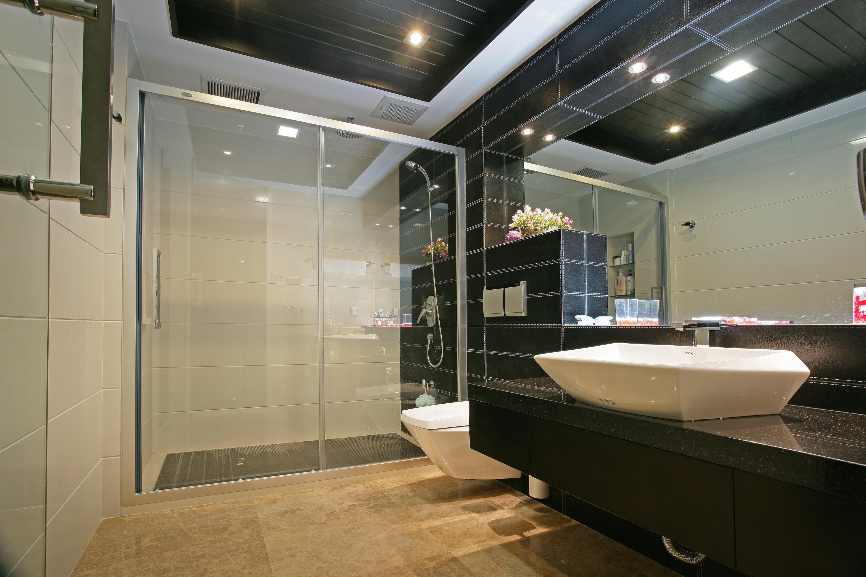 现代简约四房卫生间装修效果图