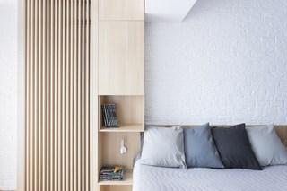 简约原木风公寓卧室床头装修效果图