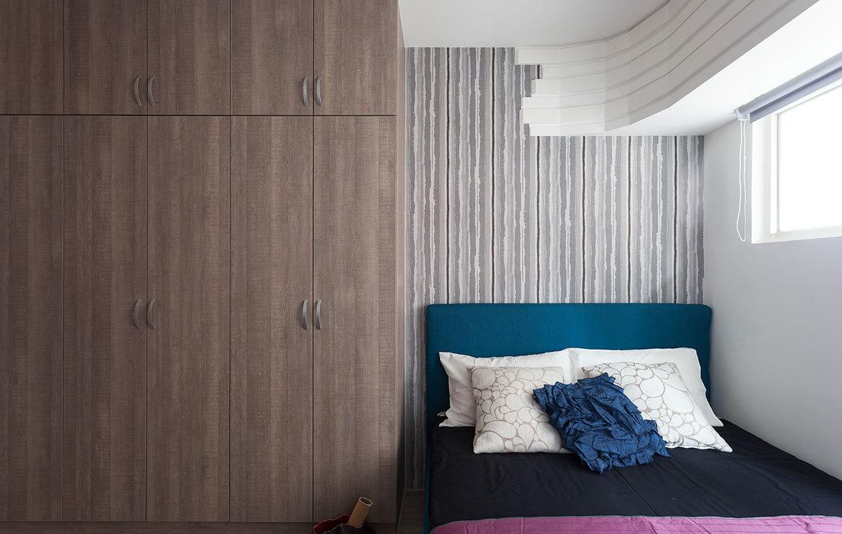 现代风格三居卧室衣柜装修效果图