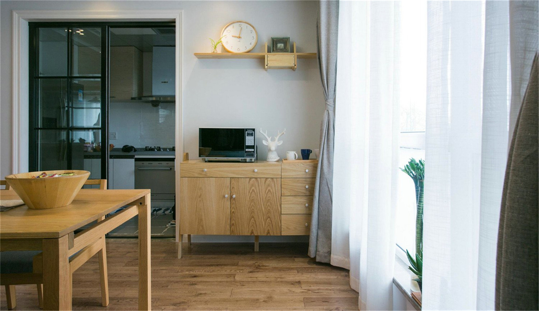 原木现代风格装修餐边柜设计图