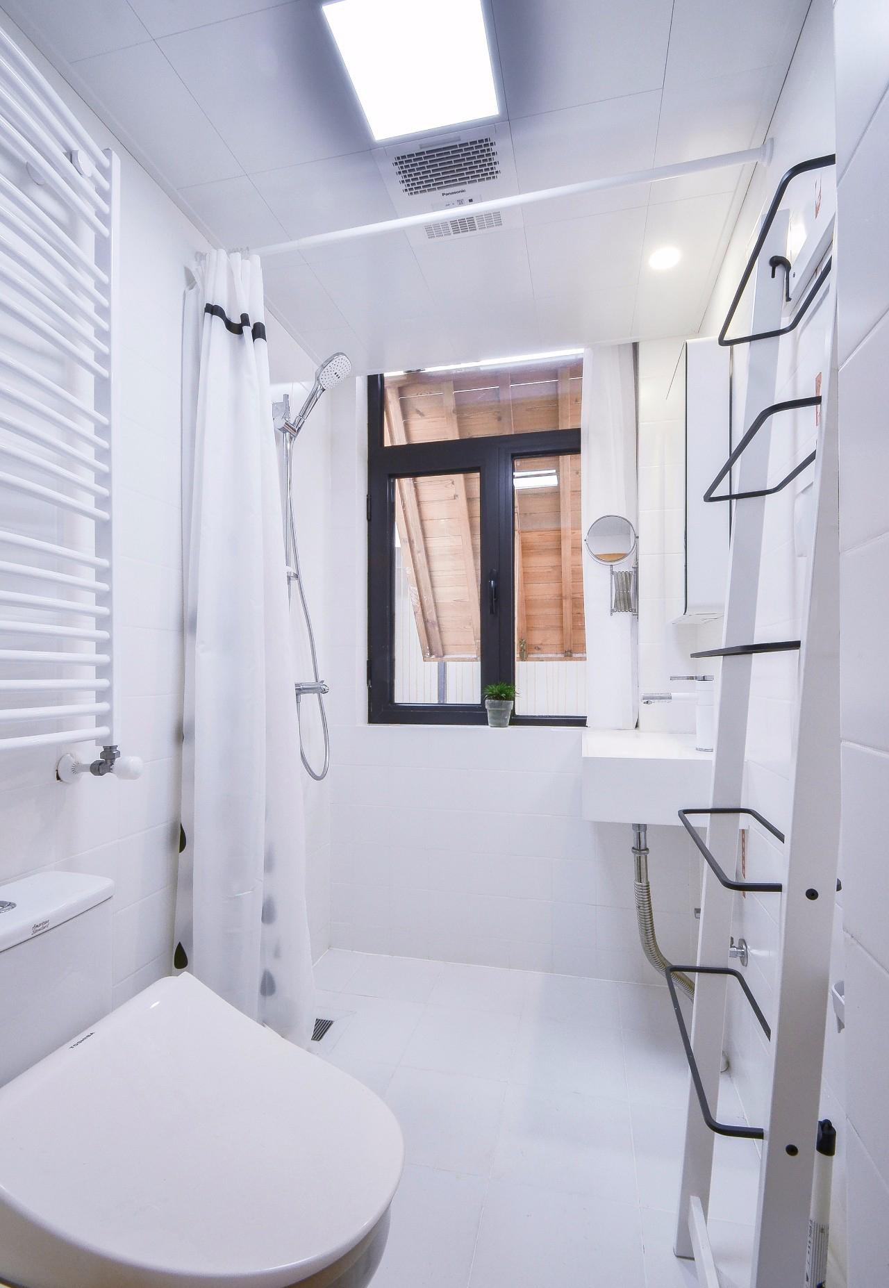 小户型白色简约卫生间装修效果图