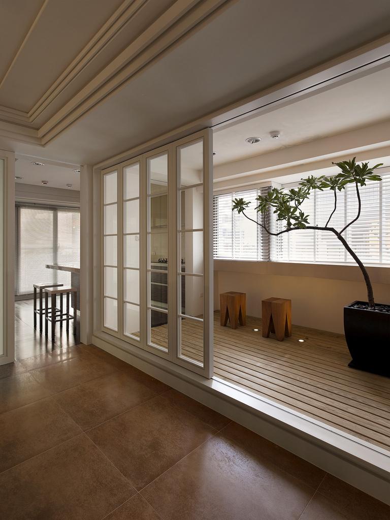 大户型现代简约阳台装修设计图
