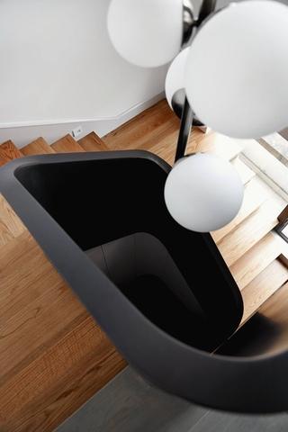 240平复式公寓楼梯装修效果图