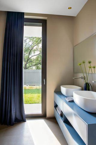 现代混搭别墅卫生间装修效果图